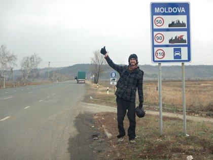 Juan Pablo Villarino junto a la ruta en Moldavia, entre Rumania y Ucrania