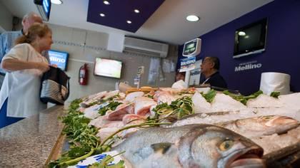 Las diferencias de precios en el pescado son notorias segun el barrio donde este ubicado el comercio. Foto NA: DAMIAN DOPACIO (ARCHIVO)