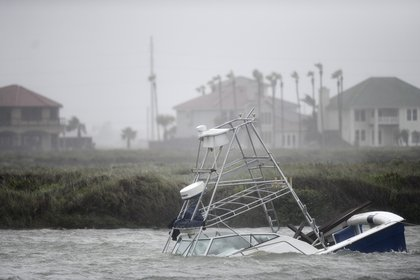 Un bote se hunde en un canal de la isla North Padre, Texas. (Annie Rice/Corpus Christi Caller-Times via AP)