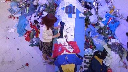 Cristina Fernández ante el ataúd de Maradona en la capilla ardiente de la Casa Rosada