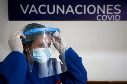 """Por el peligro de las nuevas variantes del coronavirus, podrían surgir más problemas globales. Por lo cual, los investigadores del estudio en Science subrayaron la necesidad urgente de que se logre equidad global en la distribución y el administración de la vacuna"""" REUTERS/Diego Vara"""