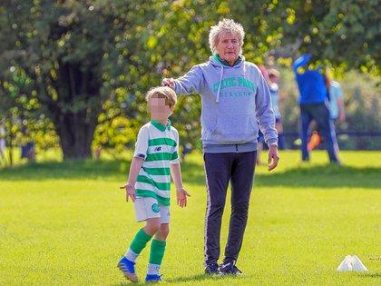 Rod Stewart estuvo en un partido de fútbol para ver jugar a uno de sus hijos, fruto de su relación con Penny Lancaster. El pequeño entrena en un equipo juvenil, el Celtic F.C. (Foto: Splash News/The Grosby Group)