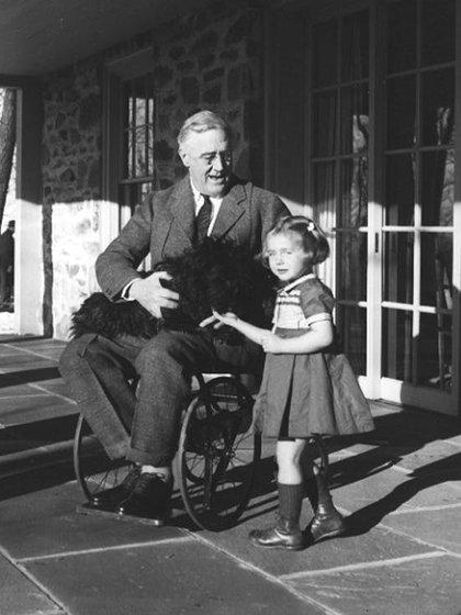 Roosevelt, su perro Fala y su nieta Ruthie Bie fotografiados en 1941. Wikimedia Commons / Margaret Suckley