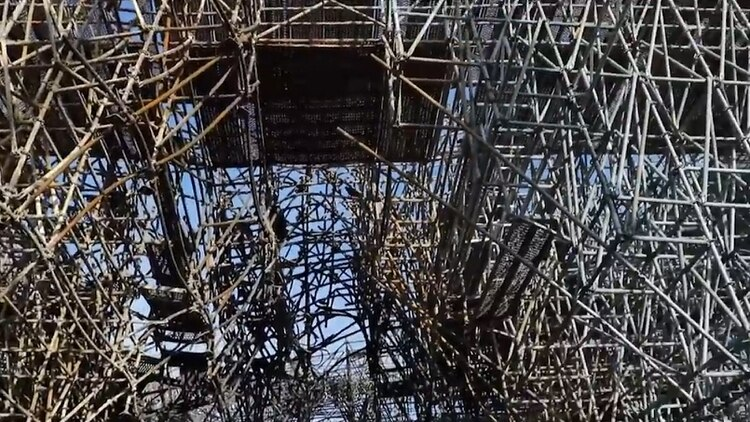 La estructura de 300 toneladas de metal y madera, que todavía corre riesgo de desplome