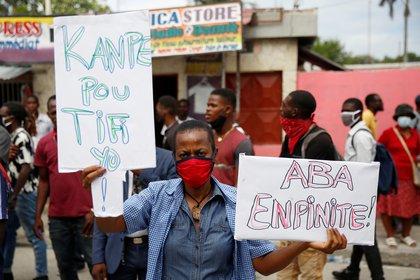 Varias personas recibieron al presidente de la FHF con carteles y protestas al presentarse en la audiencia - REUTERS/Jeanty Junior Augustin