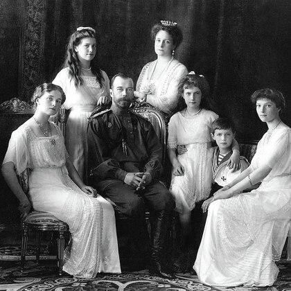 El pasado 17 de julio el Gobierno ruso anunció que los restos humanos hallados en 2007 cerca de la ciudad rusa de Ekaterimburgo pertenecen a dos de los hijos del último zar ruso, Nicolás II: la princesa María y el príncipe heredero Alexei, los últimos grandes emblemas de la dinastía de los Romanov. (En la foto María es la segunda por la izquierda y Alexei es el segundo por la derecha)