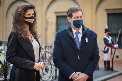 El funcionario porteño y su esposa, ex modelo y empresaria, utilizan barbijos inclusivos que permiten que las personas sordas y con hipoacusia puedan leer sus labios