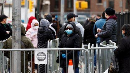 Varias personas esperan para ingresar a un chequeo médico y hacerse una prueba de coronavirus, el 14 de abril de 2020, en el Elmhurst Hospital Center de Queens, en Nueva York (EE. UU.).  EFE / Justin Lane / Archivo