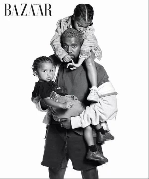 Kanye West junto a sus hijos, Saint y North West (Harper's Bazaar)