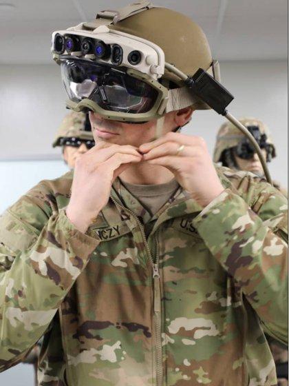 El sistema de realidad aumentada es capaz de mostrar mapas e identificar la presencia de personas gracias al sensor térmico (Microsoft)