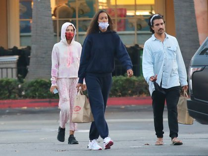 Lais Ribeiro paseó con amigos en Malibú, California. La modelo brasileña aprovechó para hacer las compras en un supermercado. Se la vio con tapabocas y un look casual de conjunto de jooging y zapatillas deportivas