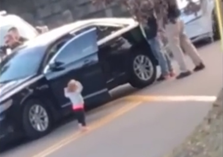 """Las personas que graban el video gritan """"Dios mío"""" ante la imagen de la niña imitando a su padre con los brazos levantados (Captura de pantalla)"""