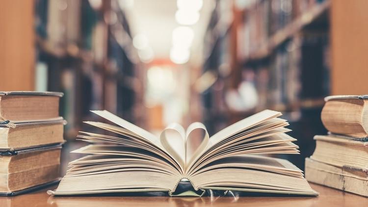 Existen múltiples ofertas online para disfrutar de los libros, en su día (Shutterstock)
