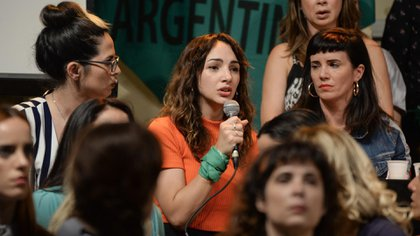 """Thelma toma el micrófono para ampliar su denuncia; a la derecha la escucha Griselda Sicialini, ex compañera suya en """"Patito Feo"""". Lo que sucedió ayer en el Multiteatro marcará a la comunidad artística en particular, y a la sociedad en su conjunto"""
