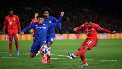 Soccer Football - Champions League - Round of 16 First Leg - Chelsea v Bayern Munich - Stamford Bridge, London, Britain - February 25, 2020  Bayern Munich's Serge Gnabry shoots at goal   REUTERS/Toby Melville