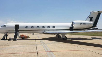 La aeronave tiene detalles con referencia directa al astro argentino: el número 10 en la cola y los nombres de la familia en la escalera. Estas características, sin embargo, fueron modificadas para el uso protocolar