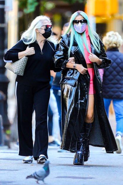 """Lady Gaga, acompañada por su madre Cynthia, realizó compras en una tienda de maquillaje, en la ciudad de Nueva York. No pasó inadvertida con su llamativo outfit. La Leyenda del Pop, cuyo álbum """"Chromatica"""" es todo un éxito, admitió tener pensamientos suicidas a diario en una entrevista por TV. """"Odiaba ser famosa. No entendía por qué debía seguir viviendo"""", aseguró la cantante (Foto: Splash News / The Grosby Group)"""