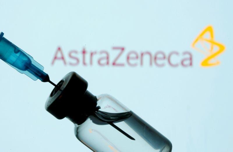 FOTO DE ARCHIVO: Una frasco y una jeringuilla delante de un logotipo de AstraZeneca expuesto en esta ilustración tomada el 11 de enero de 2021. REUTERS/Dado Ruvic/Illustration/File Photo