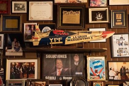 """Una réplica de la nave """"La Gran Argentina"""", fabricada por el amigo Fabio Buzzi, recientemente fallecido, y con la que Scioli ganó luego los títulos mundiales"""