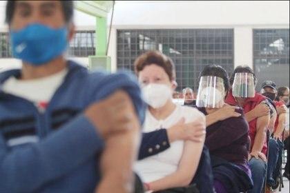 El edil señaló que durante un mes estarán aplicando las 200,000 vacunas Sinovac Foto: (Facebook Fernando Vilchis)