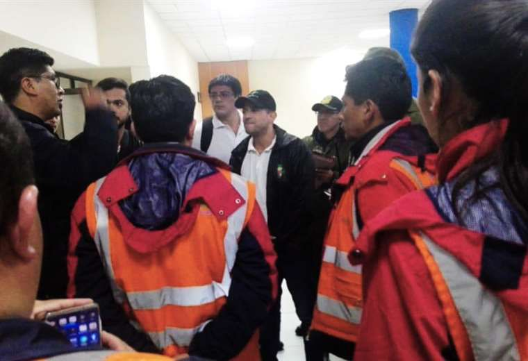 Luis Fernando Camacho retenido en el aeropuerto de La Paz
