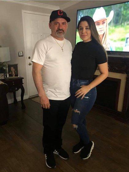 """En diciembre de 2019, Emma Coronel compartió que había visitado a sus primos en California y en la foto indicó que este es su tío """"B"""" Coronel, probablemente hermano de su padre, Inés Coronel Barrera (Foto: Facebook@THEREALEMMACORONEL)"""