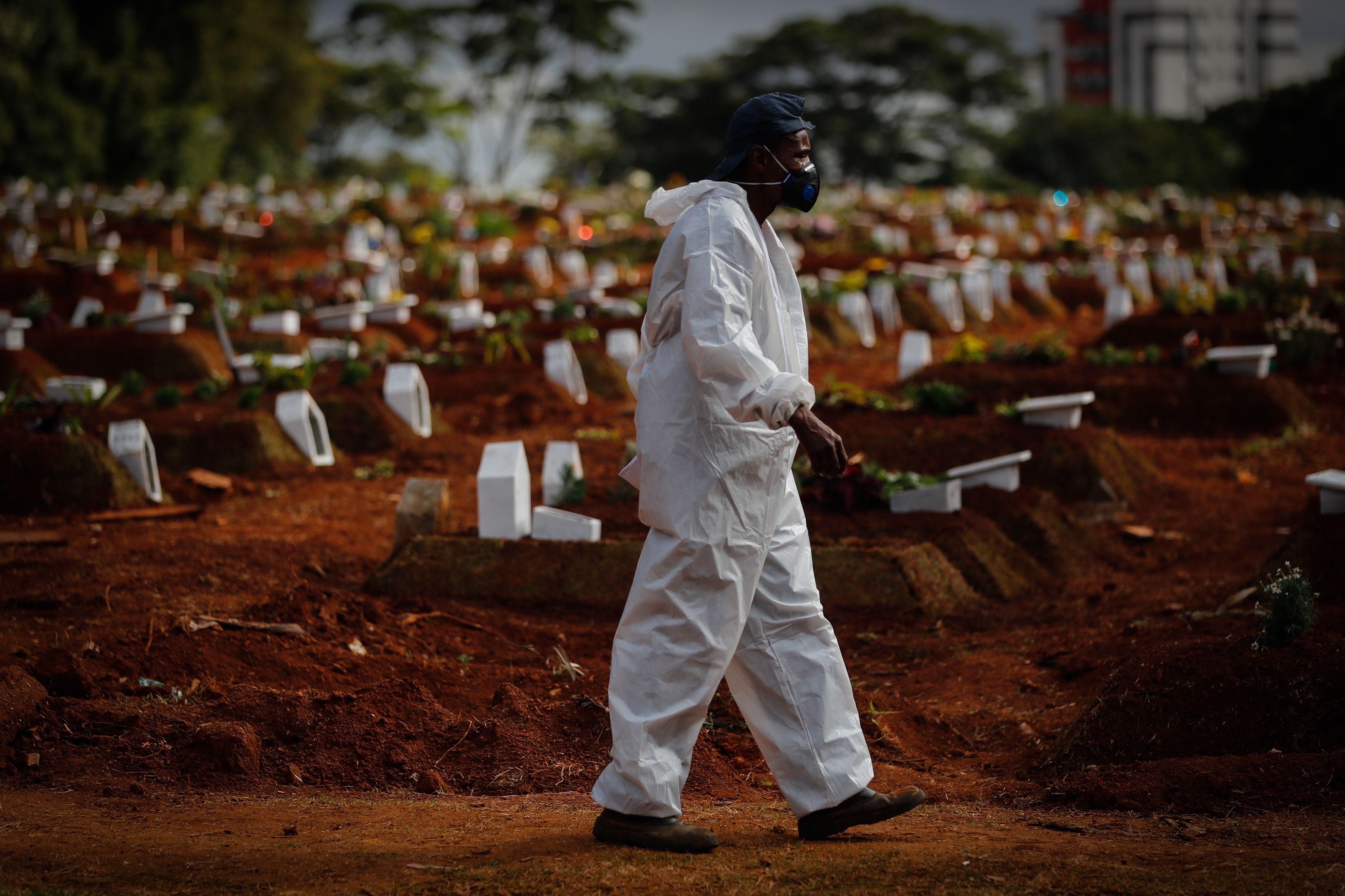 Un hombre trabaja enterrando víctimas de covid-19 en el Cementerio Vila Formosa, en Sao Paulo (Brasil). EFE/Fernando Bizerra Jr/Archivo