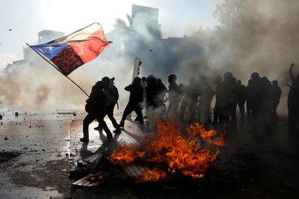 Jóvenes chilenos llevan más de un mes manifestándose en las calles contra el gobierno de Piñera (REUTERS/Pablo Sanhueza)