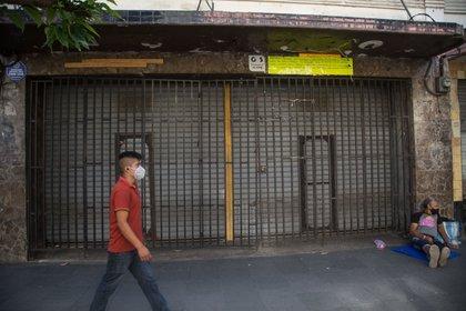 Un joven camina frente en Antigua Guatemala (Guatemala). EFE/ Esteban Biba/Archivo