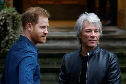 El príncipe Enrique de Inglaterra se encuentra con Jon Bon Jovi fuera de Abbey Road Studios en Londres, Reino Unido. 28 de febrero de 2020. REUTERS/Henry Nicholls.