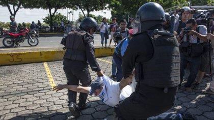 Nicaragua vive un estado de sitio de hecho. La policía reprime con violencia cualquier expresión opositora en la vía pública. (Cortesía La Prensa)