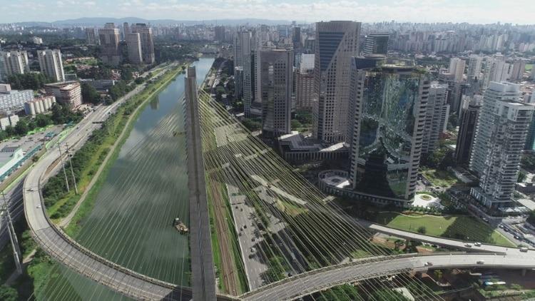 Vista aérea del puente de Oliveira en Sao Paulo, totalmente vacío, en tiempos de restricciones de viajes y cuarentenas por la pandemia de coronavirus. Marzo 24, 2020. Imagen tomada con un dron. REUTERS/Leonardo Benassatto