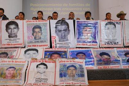 """Padres de los 43 estudiantes normalistas desaparecidos de la Escuela Rural """"Isidro Burgos"""" de Ayotzinapa, Guerrero, siguen exigiendo justicia. (FOTO: GRACIELA LÓPEZ /CUARTOSCURO)"""