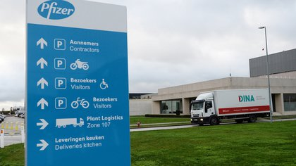 A refrigerated truck leaves the Pfizer plant in Puurs, amid the coronavirus disease (COVID-19) outbreak, Belgium, December 22, 2020. REUTERS/Johanna Geron