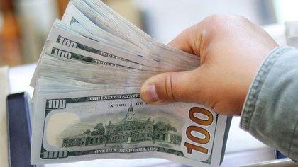 Los encajes por depósitos en dólares son el único componente de las reservas que crece (Reuters)
