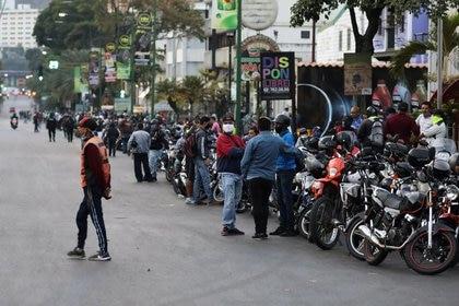 Foto de archivo. Motociclistas esperan en fila para la apertura de una gasolinera durante una cuarentena nacional debido al brote de la enfermedad coronavirus (COVID-19) en Caracas. 7 de abril de 2020. REUTERS/Manaure Quintero