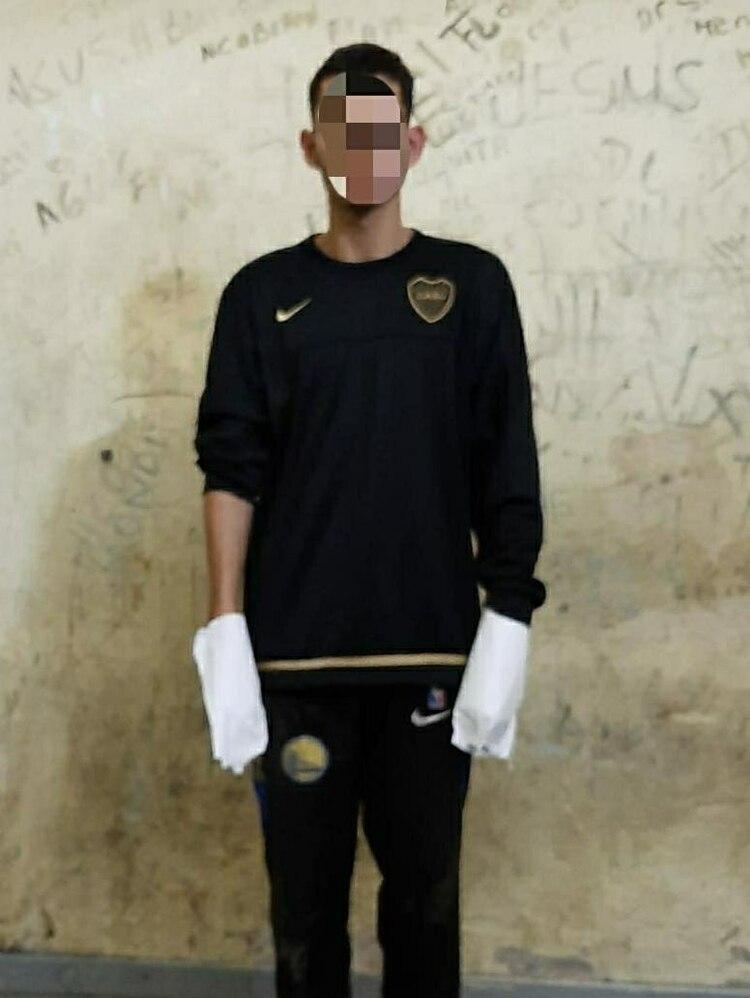 Uno de los detenidos por el crimen del gendarme, con sus manos preservadas para el dermotest.
