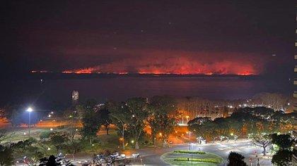 La vista de los incendios desde la ciudad de Rosario, donde los vecinos denuncian que el aire se tornó irrespirable (@tanea_coronato).