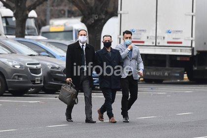 El abogado Sicilia con el maletín junto a Araque y Melo, dos de los ex espías detenidos (Maximiliano Luna)
