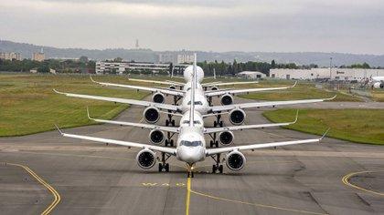 Los principales aviones comerciales de la familia Airbus en Toulouse: A220, A320, A330, A350 y el Beluga (AFP)