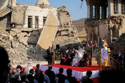 EL papa en las ruinas de la plaza de Hosh al Bieaa (de las cuatro iglesias) en Mosul, liberada en 2017 tras ser durante tres años el gran bastión del autodenominado Estado Islámico