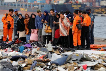 Familiares de los pasajeros frente a las pertenencias de las víctimas del vuelo 610 de Lion Air en el puerto de Tanjung Priok en Jakarta, Indonesia (REUTERS/Beawiharta)