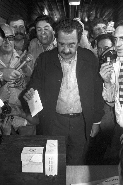 El ex presidente Raúl Alfonsín emite su voto, el 30 de 0ctubre de 1983. Ese día se convirtió en el primer presidente democrático tras la dictadura. (Foto NA ARCHIVO)