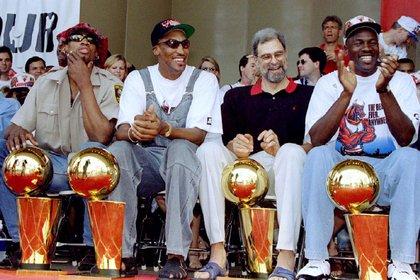 Dennis Rodman, Scottie Pippen, Phil Jackson y Michael Jordan, los principales artífices del segundo tricampeonato de los Bulls en la NBA (Reuters)