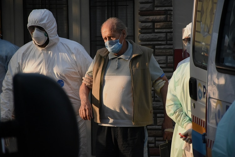 El momento en que trasladaron a los adultos a mayores a distintos hospitales de la ciudad (Nicolás Stulberg)