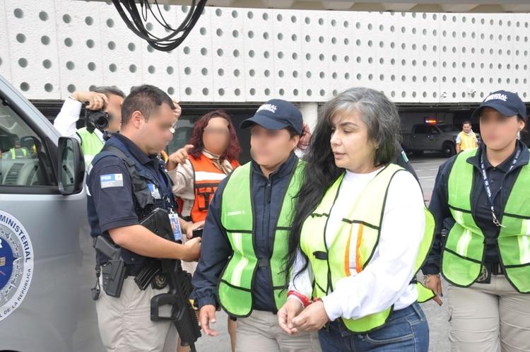 """Sandra Ávila Beltrán, conocida como """"La Reina del Pacífico"""" durante su extradición a EEUU en 2012 (Foto: Cuartoscuro)"""
