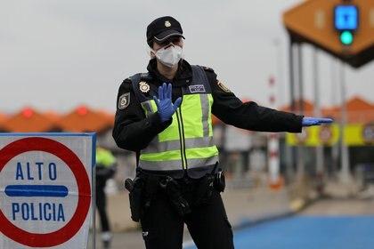 Un agente de la policía fronteriza española controla los vehiculos provenientes desde Francia (REUTERS/Nacho Doce)