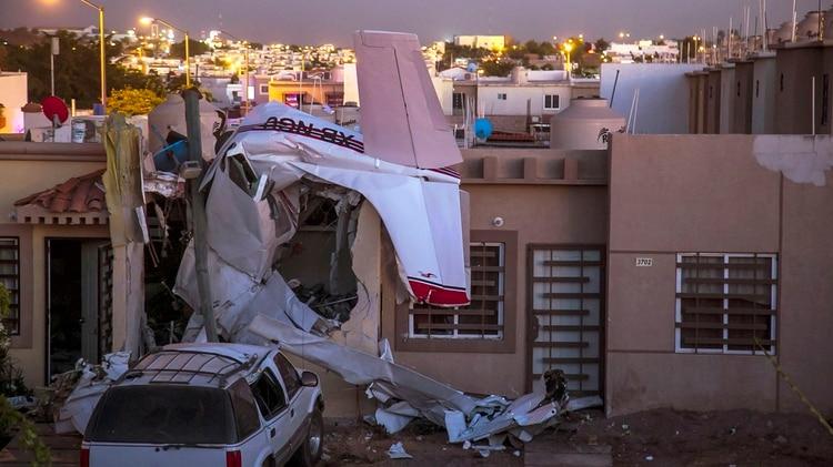 La aeronave tipo Cessna quedó completamente destruida tras estrellarse en la casa. (Foto: AFP)