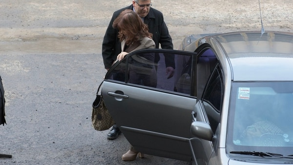 Cristina Kirchner al llegar a Comodoro Py. Luego presentó tres escritos ante Bonadio (Adrián Escandar)