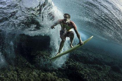 Gente – Tercer lugar. Bajo las olas. El surfista profesional Donavon Frankenreiter fue captado en Fiji con una inusual perspectiVa. Por Rodney Bursiel